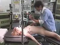 昏睡している女性患者を医者がレイプ
