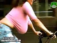 巨乳だと自転車でもおっぱいが揺れて困っちゃうの