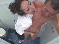トイレで用を足してたら女子校生が乱入!
