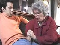 孫のオナニーを手伝うお婆ちゃん