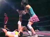 「小学生プロレス」リングで戦う少女の映像