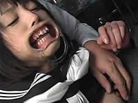 セーラー服の女の子に開口器をつけてチ●ポをぶち込む!