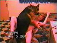 女子大生が自分の部屋で犬と獣姦