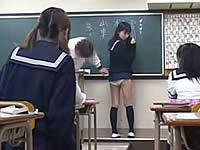 黒板に書きながらウ○コ漏らしちゃう女のコ