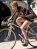 ミニスカワンピで自転車に乗るお姉さん