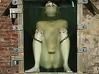 【閲覧注意】女性の入った水槽の中にヒルを放り込む
