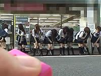 女子校生の集団がリモコンバイブを挿れて歩いてるぞ!