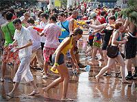 大人が全員ビショビショになって水遊びしてる画像集