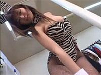 いろんなコスチュームに着替えてセクシーダンスを踊る女