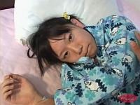 寝てるロリッ子を起こしてハメハメするオジサン