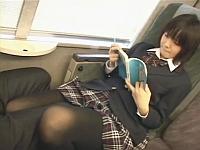 電車の対面座席で足を絡ませても抵抗しない女子校生にフェラしてもらう