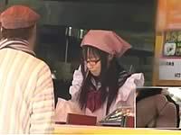もしも弁当屋の娘が接客中に手マンされていたら......?