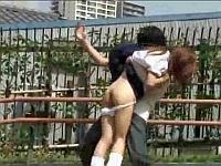 女子校生たちのスカートだけじゃなくパンツまで下ろしてダッシュで逃げる