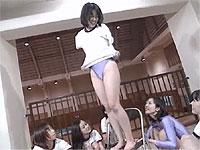 女学生たちがレオタードに着替えたり体操したり