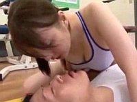 スポーツジムで倒れた男に人工呼吸と手コキで応急手当!