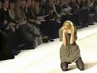 ファッションモデル達がショーでズッコケた映像集
