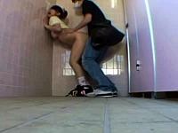 公衆トイレでレイプされるロリっ娘を撮影した鬼畜映像