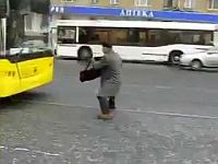 ロシアの爺さんがバスを停める方法が過激すぎるww