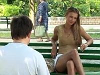目の前のベンチにミニスカでセクシーなロシア娘が座るドッキリ