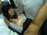 電車の中で痴漢されたあげくパイパンにされて犯される女子校生