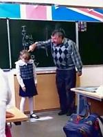 教師に叱られてる可愛い少女の恐ろしい反撃