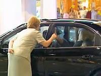 え?まさか?展示中の車内でカーセックスをしてるドッキリ