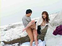 凍えたチ○ポを膣内で温めます!雪の上で露出SEX!