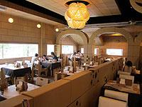 建物や家具などほとんどの物がダンボールで出来たレストラン