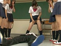 女子校生たちに次々と小便を浴びせられる男子生徒