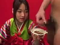 韓国料理にザーメンをぶっかけて女に食べさせる