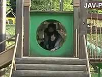 公園の遊具の中で身動きできない女をレイプ!