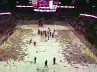 アイスホッケーの試合で2万個以上ものテディベアが投げ込まれる