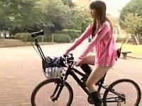 アクメ自転車で人が多い公園をお漏らしサイクリング