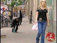 ブロンド美女が落としたパンツを拾って追いかけたら