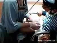 看護婦さんが障害者を手コキでイカせている映像