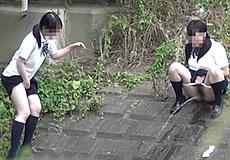 野外で連れションする女子校生を盗撮