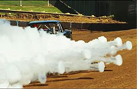 車のエンジンからモワモワ噴きだす煙のリング