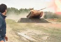 戦車がバウンドしながら主砲をドカン!とブッ放す