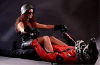 女が男体バイクに乗っかってブインブインブイーン!