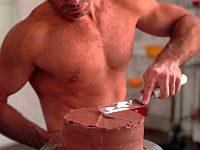 上半身裸の男に学ぶ!アイスケーキの作り方!