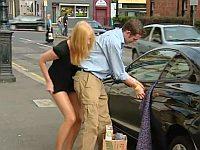 女性「助けて!車のドアにスカートが挟まったの」