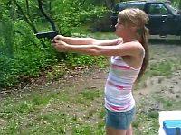巨乳の白人女性が薄着で銃を撃っていたら
