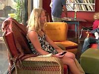 カフェで椅子に化けて座った人を驚かせてみた