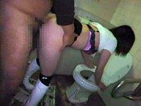 酔いつぶれたギャルを公衆トイレに連れ込んで中出しレイプ