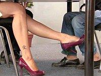 セクシーな女性に机の下で足を擦り寄せられるドッキリ