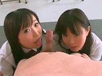 教室で男性教師を誘惑する二人の妹系変態女子校生