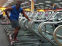 スポーツジムにウォーキングマシンでダンスする黒人がいた