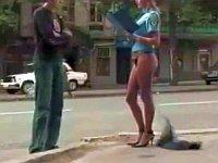 婦警さんのスカートがいきなり脱げるドッキリ