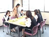 裸の男性社員が女性社員と仲良くセクハラ・ランチタイム