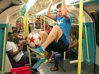 フリースタイルフットボール世界チャンピオンの街中パフォーマンス